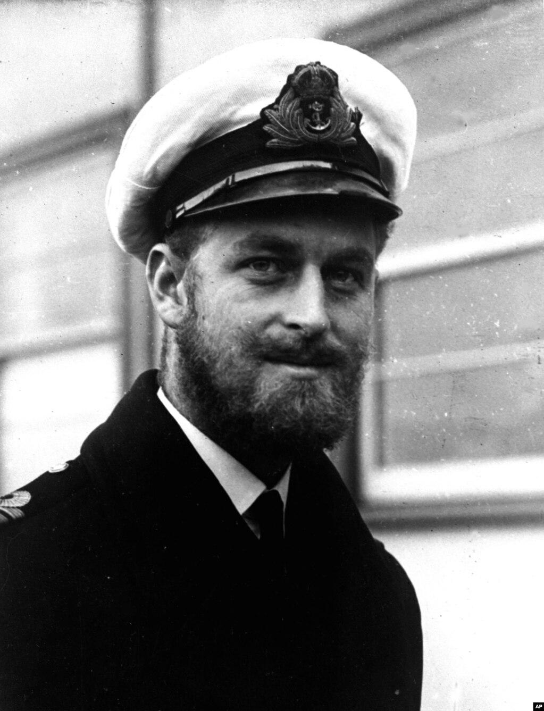 شہزادہ فلپ نے برطانیہ میں ابتدائی تعلیمی مراحل مکمل کرنے کے بعد 1939 میں برطانیہ کی رائل نیول کالج ڈارٹ موتھ میں داخلہ لیا تھا۔