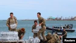 英国皇家海军士兵在巴哈马救灾