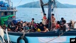 Perahu yang membawa migran Rohingya saat mendarat di Pulau Langkawi, Malaysia April lalu (foto: ilustrasi).