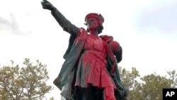 Фото 2019-го року. Сліди вандалізму на статуї Христофора Колумба у Провіденс, штат Род Айленд