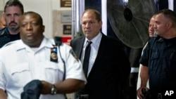 Harvey Weinstein, au centre, quitte le tribunal à la suite d'une comparution le 26 août 2019 à New York.