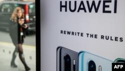2019年4月29日行人走过英国伦敦市中心EE电信商店华为产品展台。