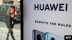 Arhiva - Reklamni pano Huaweija u centralnom Londonu, Velika Britanija, 29. aprila 2019.