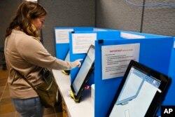 رای دهندگان در ایالت جورجیا از دستگاه های جدید برای رای دادن استفاده می کنند. ۵ نوامبر ۲۰۱۹