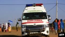 Une ambulance circule dans un centre d'accueil frontalier abritant des réfugiés éthiopiens qui ont fui les combats dans la région du Tigré, dans l'est de l'État de Gedaref au Soudan, le 29 novembre 2020.