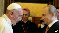 Paus Fransiskus berjabat tangan dengan Persiden Rusia Vladimir Putin saat audiensi tertutup pada 10 Juni 2015, di Vatikan.