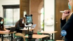 У деяких школах Каліфорнії випробовують робота, який допомагає спілкуватися вчителям та учням, які вчаться дистанційно. Відео