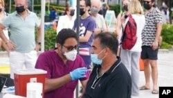 Corona virüsü aşısı olan Miamililer