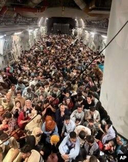 지난 15일 카불에서 이륙한 미 공군 C-17 글로브마스터 III 수송기에 탈레반 통치를 피해 탈출하는 아프가니스탄 주민들이 가득 타고 있다.