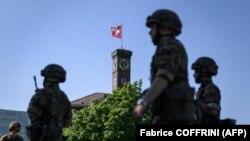 Des réservistes de l'armée suisse déployés pour soutenir les hôpitaux publics dans la lutte contre le COVID-19 à Biere, en Suisse, le 27 mai 2020.