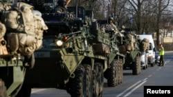 Američki vojni konvoj putuje iz Njemačke ka Poljskoj, arhivski snimak
