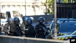 Lực lượng an ninh tuần tra bên ngoài nơi xét xử các bị cáo.