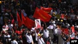 緬甸抗議者星期三在仰光舉行反對軍政府的大規模示威活動。 (2021年2月17日)