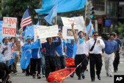 Pendukung Uighur berbaris menuju Kedutaan Besar Tiongkok setelah demonstrasi protes Uighur di Dupont Circle di Washington, 7 Juli 2009. (Foto: AP)