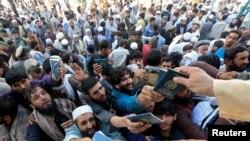 Abantu bariko basunikana kugira bahabwe udupapuro batonderako kugira bahabwe visa zo kuja muri Pakistani. Jalalabad, Afuganistani, italiki ya 21/10/2020.