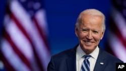 រូបឯកសារ៖ ប្រធានាធិបតីជាប់ឆ្នោតលោក Joe Biden ញញឺម ខណៈដែលលោកថ្លែងសុន្ទរកថានៅក្រុង Wilmington រដ្ឋ Delaware ថ្ងៃទី១០ ខែវិច្ឆិកា ឆ្នាំ២០២០។