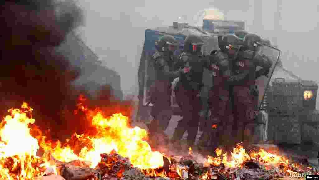 칠레 중부 항구도시 발파라이소에서 반정부 시위가 열린 가운데 보안군들이 방패로 시위대의 공격을 막고 있다.
