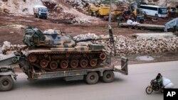 L'artillerie de l'armée turque arrive dans l'est d'Idleb, en Syrie, le 15 février 2020.