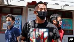 Warga negara Australia, William Cabantog (tengah) meninggalkan penjara Kerobokan di Bali, Sabtu, 25 Juli 2020. (Foto: AP)