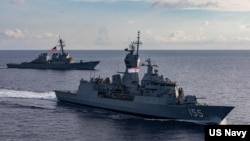 資料照:澳大利亞皇家海軍艦艇巴拉瑞特號隨美軍驅逐艦約翰·麥凱恩號航行前往馬拉巴爾演習。 (美國海軍)