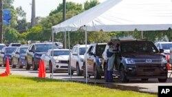 Arhiva - Automobili stoje u koloni u Majami Dejd Nord univerzitetskom kampusu, pred punktom za testiranje na Kovid 19, 29. jula 2021, u Majamiju.