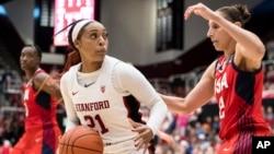 Košarkašica Univerziteta Stenford Didžonaj Kerington (21) u duelu sa reprezentativkom SAD Dajanom Torazi, tokom prijateljske utakmice 2. novembra 2019. Reprezentacija SAD je pobedila 95:80. (Foto: AP/John Hefti)