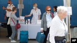 چک کردن دمای بدن مسافران پیش از سوار شدن به کشتی در سریلانکا