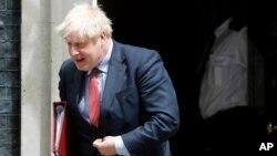 PM Inggris Boris Johnson saat meninggalkan kantornya di 10 Downing Street, London (15/7).