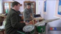 Історія молодого американського барабанника, який навчає дітей в українському селі. Відео