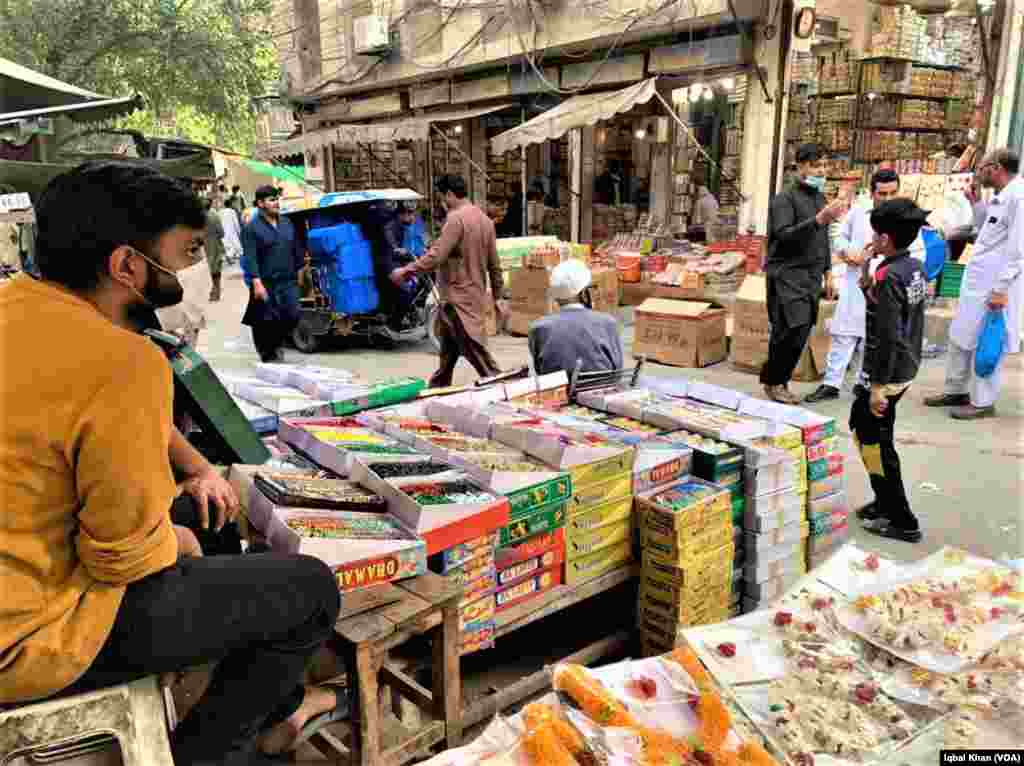اندرون لاہور کے 12 دروازوں کے مرکز 'چوک پانی والا تالاب' میں چوڑیوں کا ایک بڑا بازار ہے۔