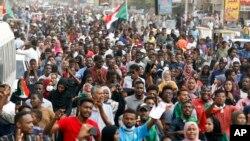 مظاہرین سابق صدر عمرالبشیر کے خلاف خرطوم میں احتجاج کر رہے ہیں۔ (فائل فوٹو)