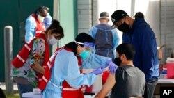 Petugas kesehatan AS menerima vaksinasi di Pacoima, California (foto: dok).
