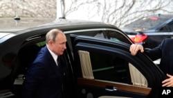 Le président russe Vladimir Poutine arrive pour une conférence sur la Libye à la chancellerie de Berlin, en Allemagne, le dimanche 19 janvier 2020. (AP)