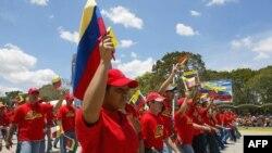 ARCHIVO - Un grupo de venezolanos participa de un desfile durante el acto de celebración del Día de la Bandera en Caracas.