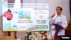 """Presiden Joko Widodo dalam pertemuan daring """"Tiga Fase Program Pemulihan Koperasi dan UMKM di Tengah Pandemi"""" di Istana Negara, Jakarta, 23 Juli 2020. (Foto: Twitter/@KemensetnegRI)."""