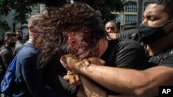 쿠바 사복 경찰관들이 지난달 11일 수도 아바나에서 반정부 시위대를 연행하고 있다.
