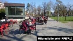 Ljudi se sjede u baštama, Banjaluka, 5. april 2021.