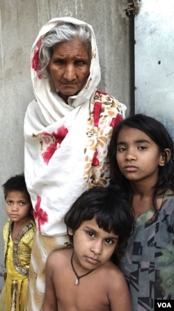 Some Rohingya children and an old woman outside a Rohingya refugee camp at a village in the eastern Indian state of West Bengal.(VOA/Shaikh Azizur Rahman)