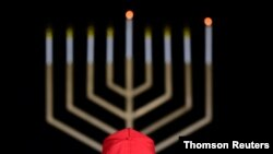 Un seguidor del presidente Donald Trump observa una decoración con motivo de la festividad de judía del Janucá, en las proximidades de la Casa Blanca.