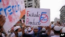 Muslim Bangladesh berunjuk rasa di sekitar Kedutaan Besar Perancis di Dhaka, Bangladesh, memprotes dukungan presiden Perancis terhadap undang-undang sekuler yang memungkinkan karikatur Nabi Muhammad, Senin, 2 November 2020. (AP Photo / Mahmud Hossain Opu)