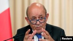 Le ministre français des Affaires étrangères, Jean-Yves Le Drian, fait un geste en parlant après une réunion du Conseil de coopération franco-russe à Moscou, en septembre. 9, 2019.