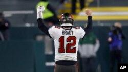 ນັກແກວ່ງບານ Tom Brady ຂອງທີມ Tampa Bay Buccaneers ຫລິ້ນຢູ່ໃນການແຂ່ງຂັນກັບທີມ Green Bay Packers ຢູ່ເມືອງ Green Bay, ລັດວິສຄອນຊິນໃນວັນອາທິດ, 24 ມັງກອນ, 2021