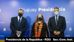 De izquierda a derecha: Álvaro Delgado, Secretario de la Presidencia de Uruguay, Jennifer Savage, Encargada de Negocios de la Embajada de EE.UU. en Uruguay, y Daniel Salinas, ministro de Salud de Uruguay. [Foto: Presidencia de la Republica - ROU]