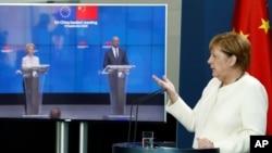 អធិការបតីអាល្លឺម៉ង់អ្នកស្រី Angela Merkel និយាយនៅក្នុងសន្និសីទតាមអនឡាញជាមួយប្រធានក្រុមប្រឹក្សាអឺរ៉ុបលោក Charles Michel (កណ្តាល) និងប្រធានគណៈកម្មាធិការអឺរ៉ុបអ្នកស្រី Ursula von der Leyen ក្រោយពីកិច្ចប្រជុំកំពូលតាមអនឡាញមួយជាមួយប្រធានាធិបតីចិន លោក Xi Jinping។
