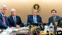 Президент США Дональд Трамп, вице-президент Майк Пенс, советник по национальной безопасности Роберт О'Брайен (крайний слева), министр обороны Марк Эспер (крайний слева)