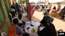 尼日利亞醫務人員在阿布賈給社區民眾進行新冠病毒的檢測。