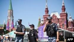 ARHIVA - Ruska policija i članovi Nacionalne garde noseći maske šetaju po Crvenom trgu u Moskvi, 18. juna 2021.