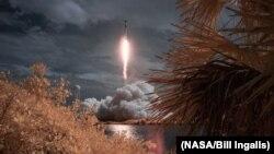 اسپیس ایکس کا فالکن 9 راکٹ، عملہ کی ڈریگن نامی گاڑی اور ناسا کے دو خلابازوں کو بین الاقوامی خلائی مرکز پہنچانے کے لیے فلوریڈا سے روانہ ہو رہی ہے۔ 30 مئی 2020