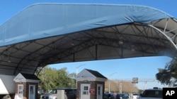 图为美国弗罗里达州的彭萨科拉海军航空基地大门。