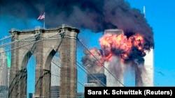 Tòa tháp thứ hai của Trung tâm Thương mại Thế giới phát nổ sau khi bị một máy bay đâm vào ở New York, ngày 11 tháng 9, 2001.